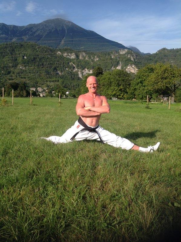 Boris Vene v kimoni v razkoraku.